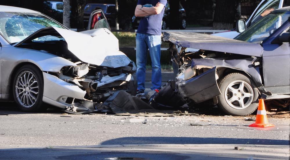 Un joven se encuentra cerca después de estar involucrado en un accidente automovilístico.