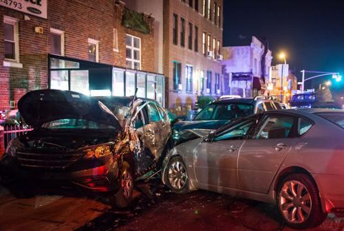 Tres autos están severamente dañados después de un accidente de varios autos
