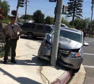 Un oficial de policía que documenta la escena de un accidente de Uber en Atlanta, Georgia.