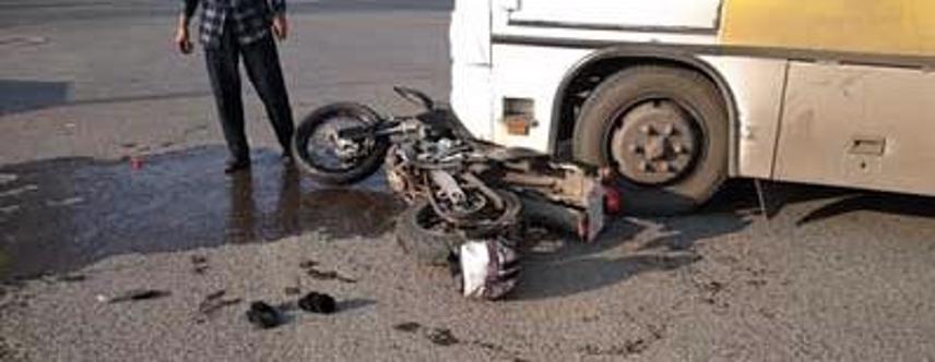 Motorycle después de ser atropellado por un autobús en las calles de la ciudad.