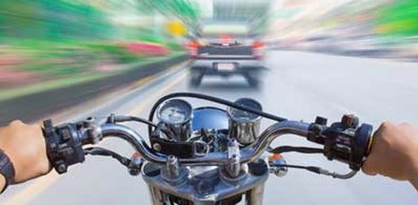 Motocicleta acercándose a accidente con coche, visión borrosa