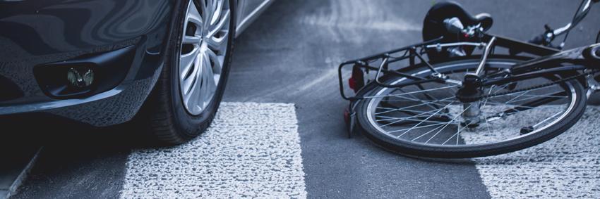 Una bicicleta tirada en la carretera después de ser atropellada por un automóvil en un paso de peatones en Atlanta.